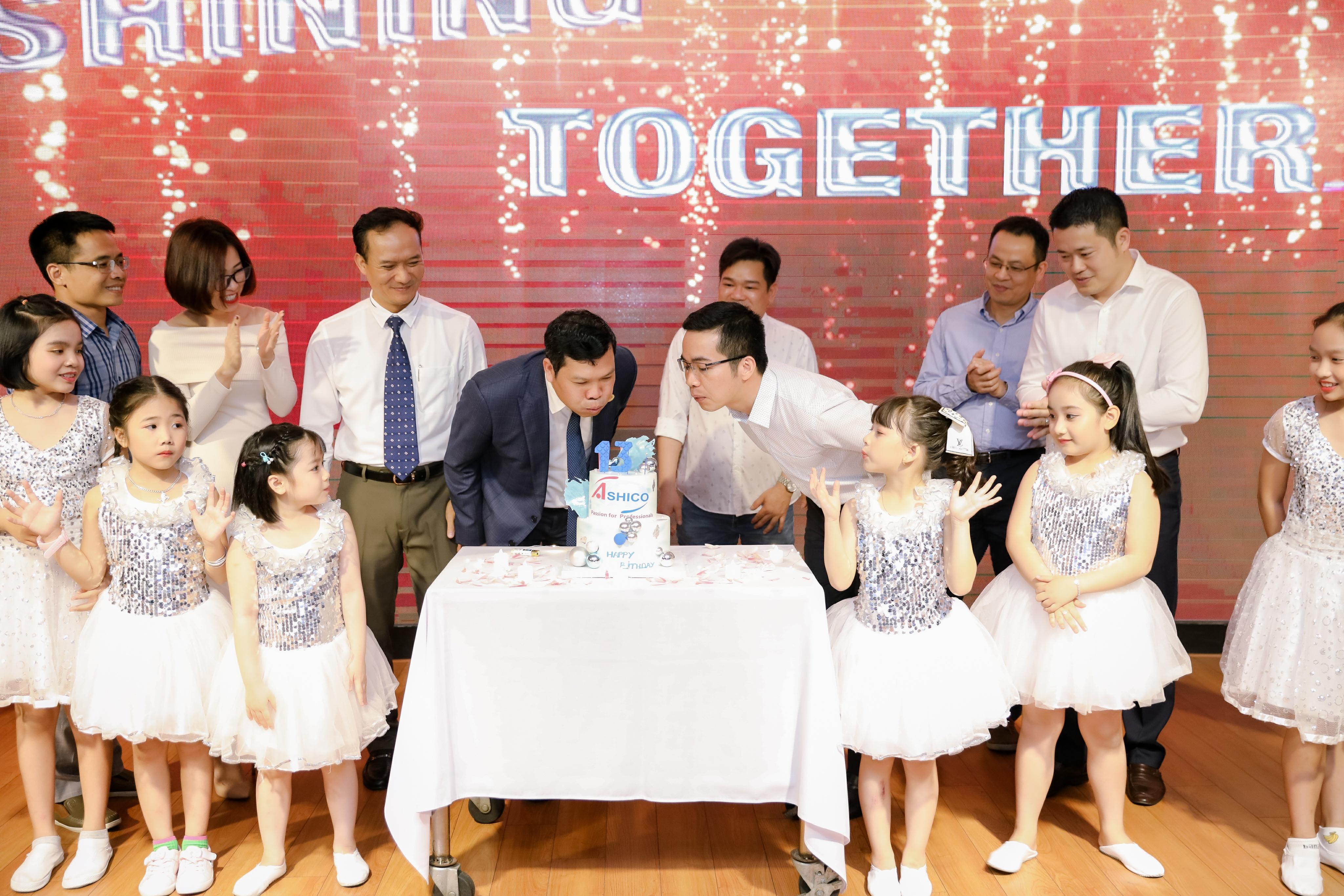 Đại diện Ban lãnh đạo, Người lao động cùng thổi nến chúc mừng Sinh nhật Công ty