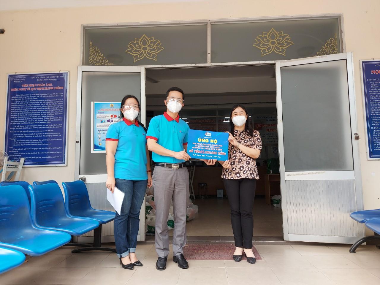 Ban lãnh đạo công ty Ashico trao tặng quà đến Cán bộ phường 25, Quận Bình Thạnh sáng ngày 16/07/2021